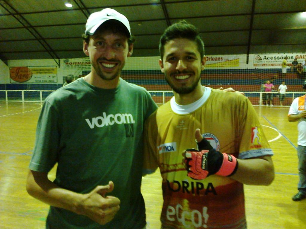 Felipe Bonetti (e) com o goleiro Di Fanti de Florianópolis