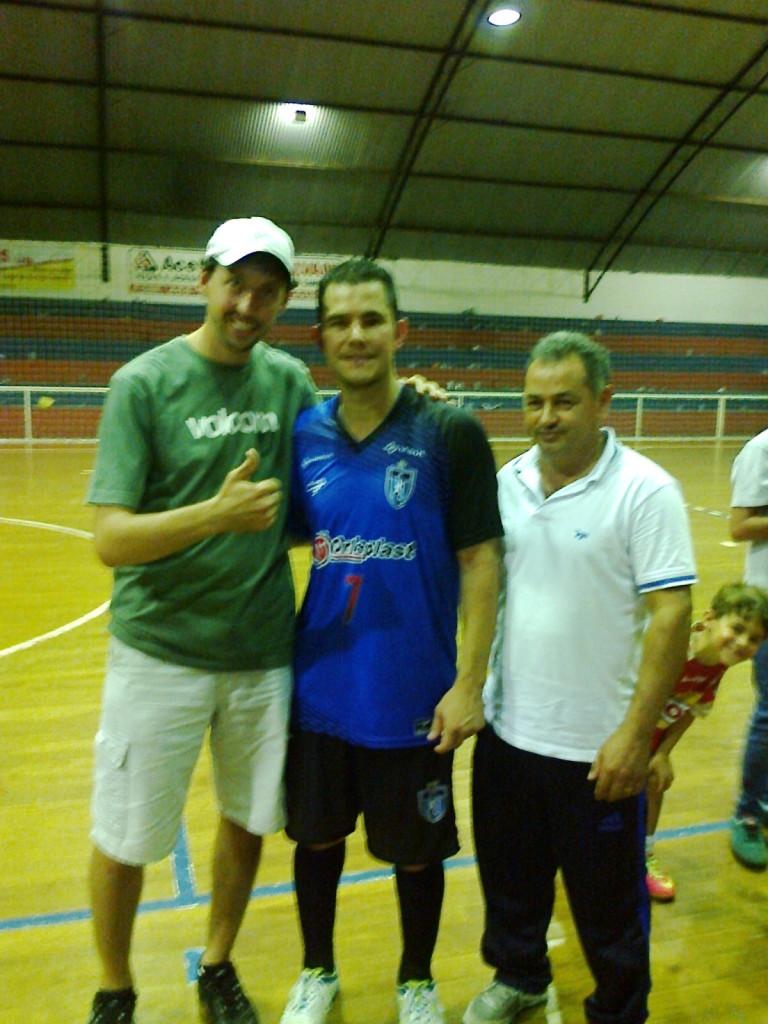 Felipe Bonetti (e) com pivô Vinicius (c) da Orleplast/Unisul/Tubarão